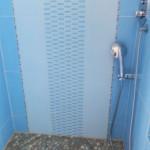 Interno-doccia-con-ceramica-ENERGIEKER-inserti-KERAV-e-piatto-doccia-con-sassi-di-fiume